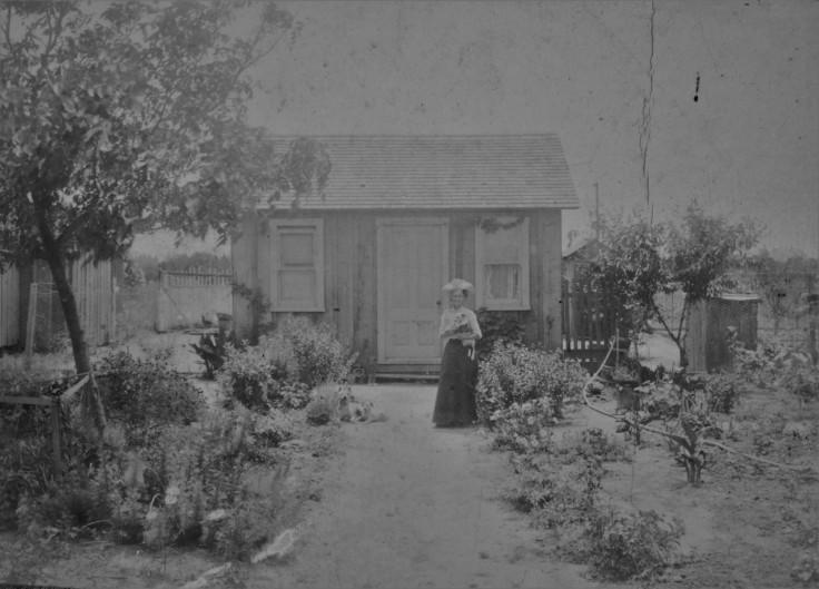 Woman w small dwelling S LA 1900s